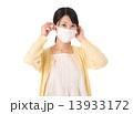 マスクをつける若い女性 13933172