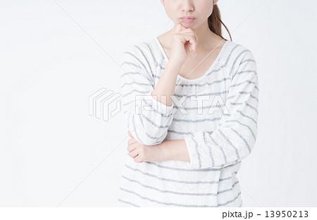悩む若い女性 13950213