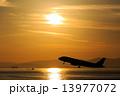 夕日 黄昏 飛行機の写真 13977072