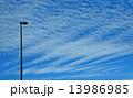 爽やかな冬空に放射状に広がる羊雲 13986985