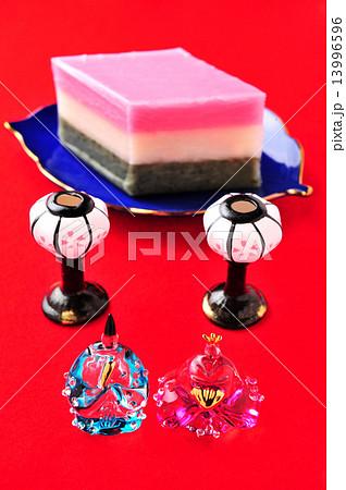 ガラスの雛人形と菱餅 13996596