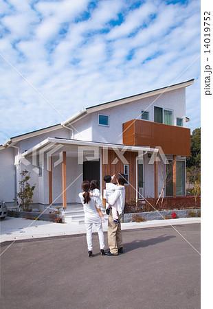 家を眺める家族 14019752