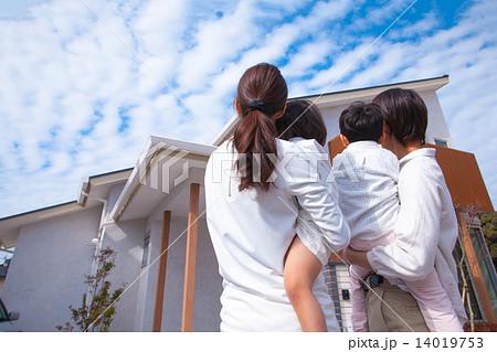 家を眺める家族 14019753