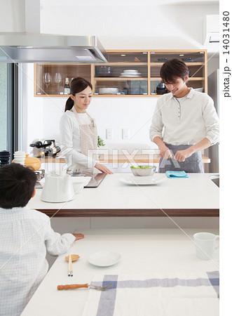 キッチン 家族イメージ 14031480