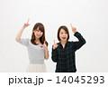 指差し 女性 笑顔の写真 14045293