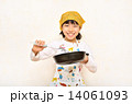 料理をする女の子 14061093