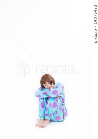 可愛い動物の着ぐるみパジャマを着た女の子 14076433