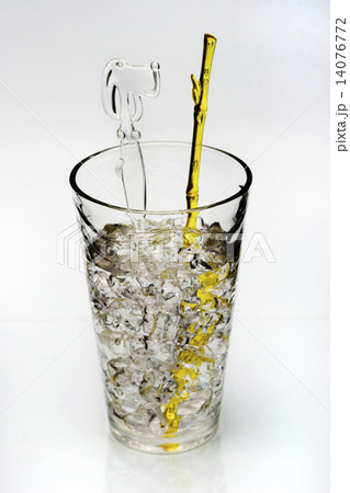 drink with ice and yellow stirring rodの写真素材 [14076772] - PIXTA