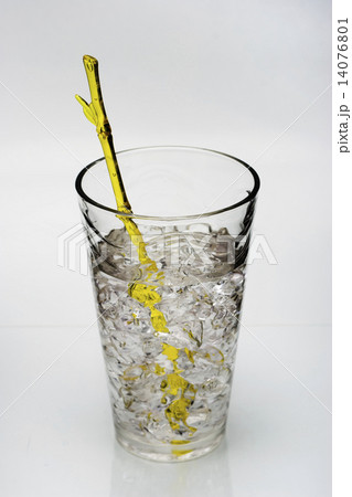 drink with ice and yellow stirring rodの写真素材 [14076801] - PIXTA