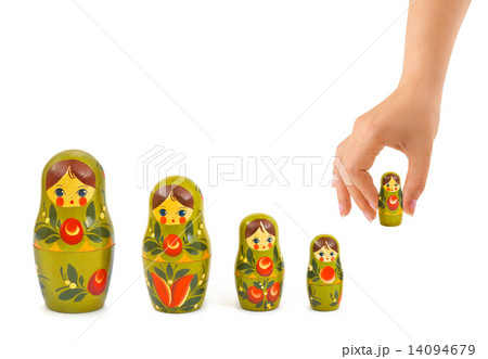 Hand and russian toy matrioskaの写真素材 [14094679] - PIXTA