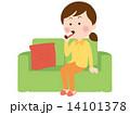 栄養ドリンクを飲む女性 14101378