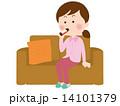栄養ドリンクを飲む女性 14101379