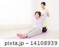 エクササイズ 家族 女性の写真 14108939