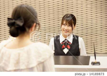 ホテルのフロント係の可愛い女の子 14189873