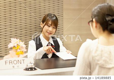 ホテルのフロント係の可愛い女の子 14189885