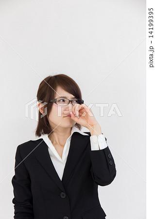 鼻をこする女性1 14199395