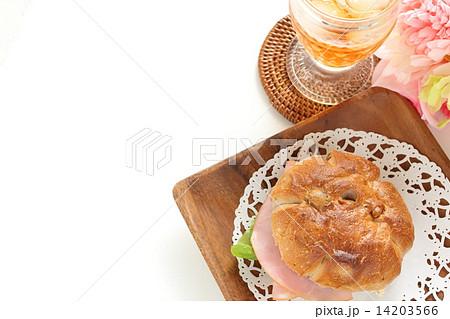 クルミパンとハムサンドとアイスティーの写真素材 [14203566] - PIXTA