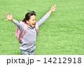 芝生広場で走る女の子(ランドセル、春) 14212918