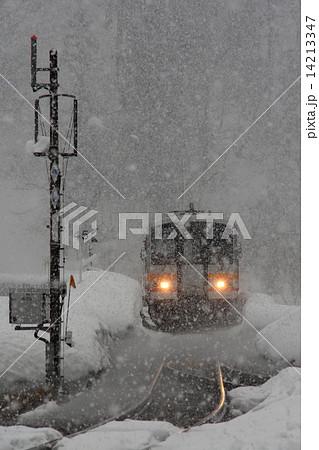 大糸線・降りしきる雪の中 14213347