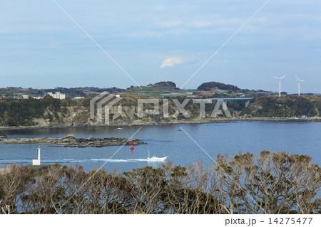 三崎港の灯台と風車と漁に出掛ける漁船 14275477
