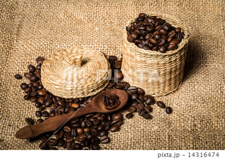 pile of fresh and bio aromatic coffee beans and spoon and jarの写真素材 [14316474] - PIXTA
