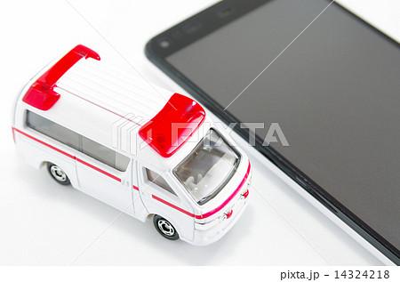救急車とスマートフォン 14324218