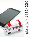 救急車とスマートフォン 14324220