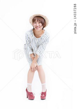 爽やかなワンピースを着た可愛い女の子 14337288