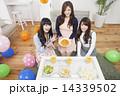 ホームパーティー 女子会 女性の写真 14339502