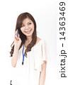 電話する若い女性 14363469