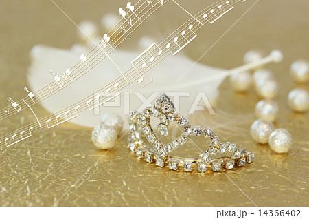 金色の和紙の上のティアラと白い羽根 楽譜の合成 横 14366402