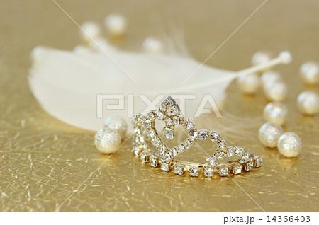 金色の和紙の上のティアラと白い羽根 横 14366403