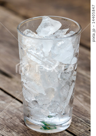 A glass of ice cubes on woodenの写真素材 [14405847] - PIXTA