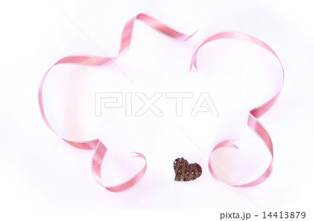 ピンクのリボンとハートのフレーム 横 14413879