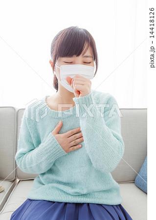 マスクして咳きこむ女性 14418126