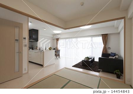マンションのリビングダイニング イメージ  和室と続き間 襖をはずして大空間になる仕様 14454843