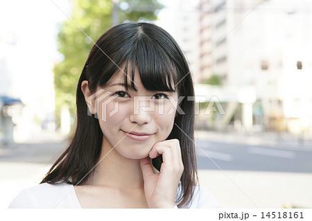 カメラ目線のかわいい女性 14518161