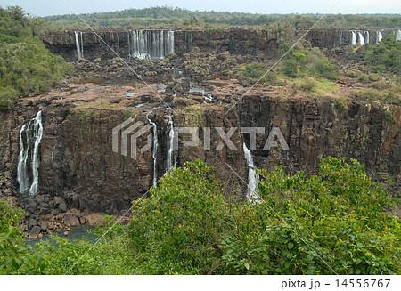 ブラジル 大渇水のイグアスの滝 ...