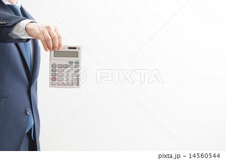 電卓を持つビジネスマン 14560544