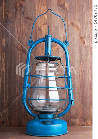 Old kerosene lantern on the dark wooden backgroundの写真素材 [14703751] - PIXTA