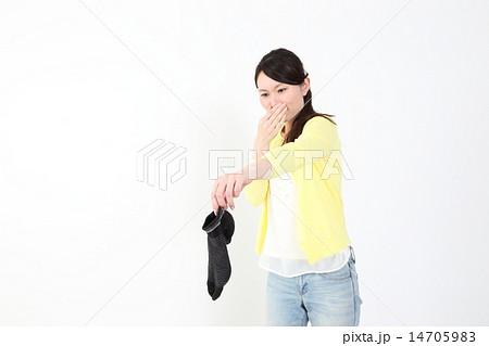 臭い靴下をつまむ女性 14705983