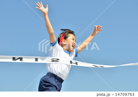 青空で走る女の子(体操服、ゴールテープ) 14709763