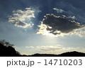 光芒 白い雲 夕方の写真 14710203