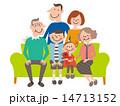 3世代6人スマート家族_ソファーで集合 14713152