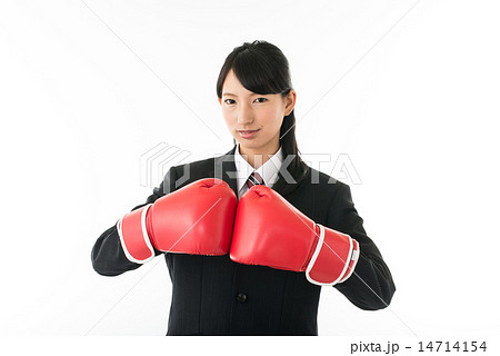 パンチを繰り出す、メンズスーツを着た若い女性 14714154