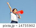 青空で応援する女の子(体操服、メガホン) 14735902