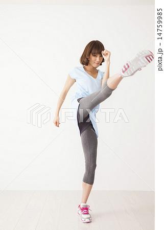 キックボクシングをする若い女性...