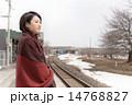 駅のホームで電車を待つ若い女性 14768827