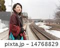 駅のホームで電車を待つ若い女性 14768829