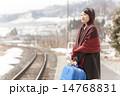 駅のホームで電車を待つ若い女性 14768831